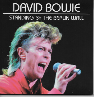 david-bowie-standing-by-the-berlin-wall